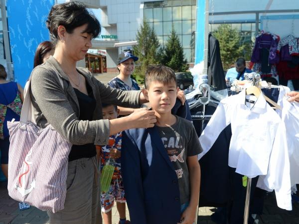 Астана қалалық алаңда мектеп жәрмеңкесі өтіп жатыр