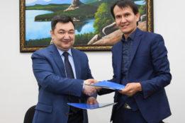 «Egemen Qazaqstan» men «Kazbilim» basşıları memorandumğa qol qoydı