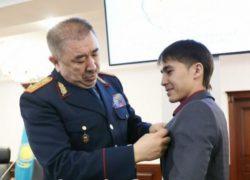 Министр 10-сынып оқушысын марапаттады