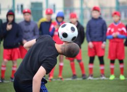 Bir futbolşı neşe mwğalimniñ aylığın aladı?