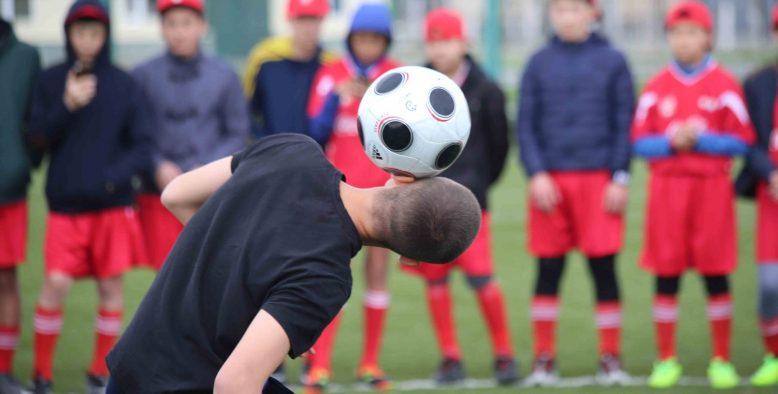 Бір футболшы неше мұғалімнің айлығын алады?