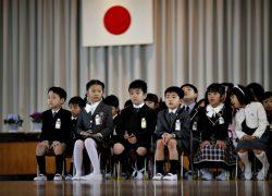 Japon oquşılarınıñ mekteptegi oqu jüyesi qanday?