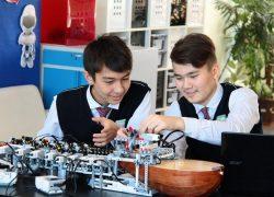 Семейлік  оқушылар домбырашы робот құрастырды